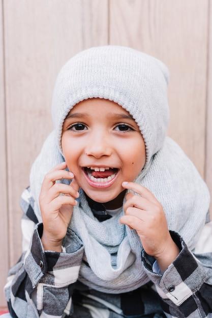 Gelukkige jongen in winterkleren Gratis Foto