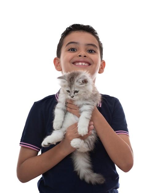 Gelukkige jongen lachend met harige kitten Premium Foto
