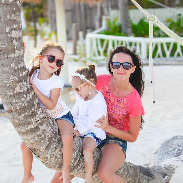Gelukkige kaukasische familie die van tijd geniet samen bij het witte strand Premium Foto