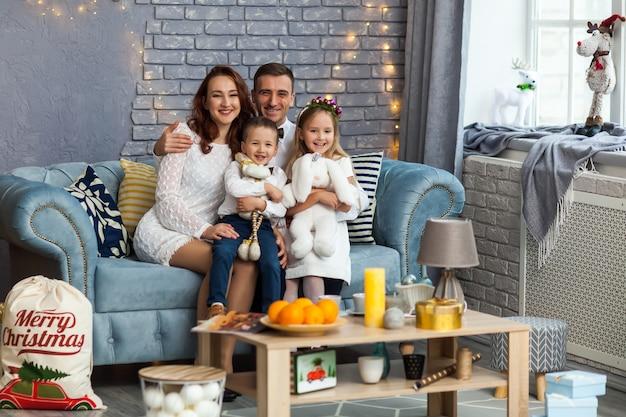 Gelukkige kerstmisgift die van de familieholding camera bekijken Premium Foto