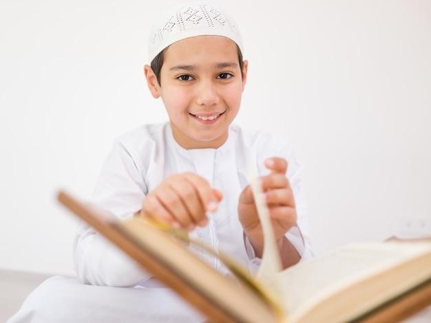 Gelukkige kinderen die koran lezen Premium Foto