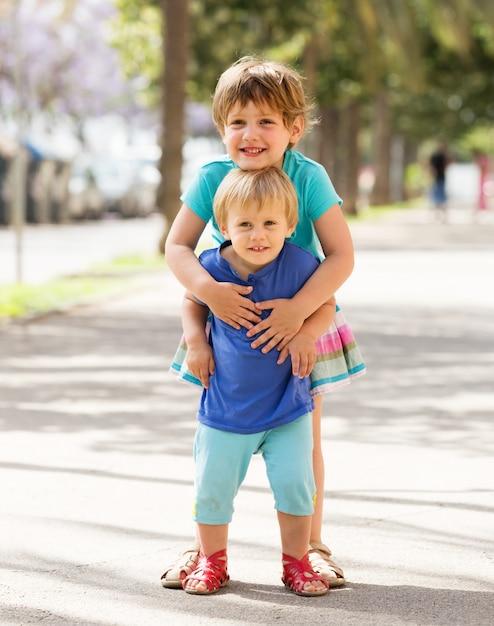 Gelukkige kinderen op straat Gratis Foto