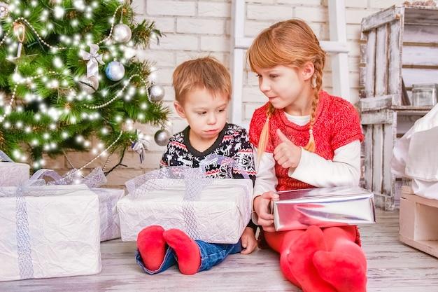Gelukkige kinderen thuis met kerstmis Premium Foto