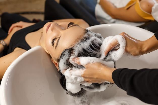 Gelukkige klant in salon haarverzorging schoon haar. Premium Foto