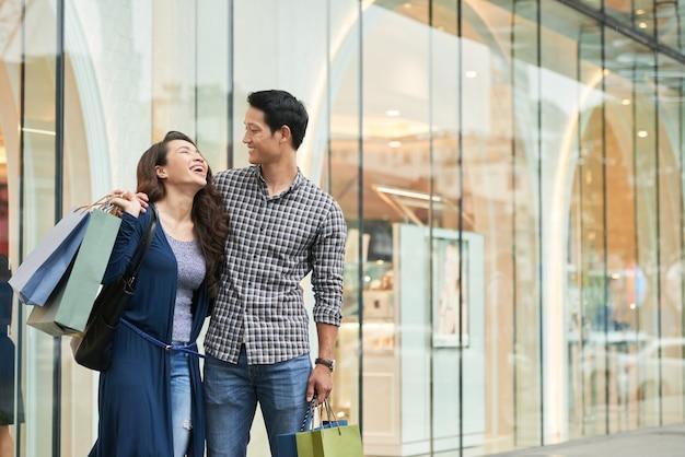 Gelukkige klanten onbezorgd lachen in een winkelcentrum Gratis Foto