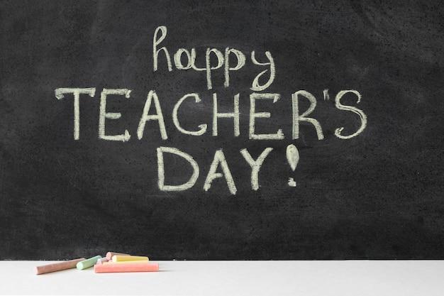 Gelukkige lerarendag die met krijt op bord wordt geschreven Premium Foto