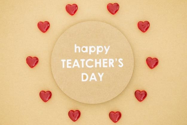 Gelukkige lerarendag in een cirkel omringd door harten Gratis Foto