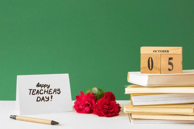 Gelukkige lerarendagboeken en bloemen Gratis Foto