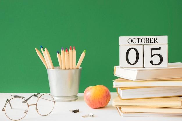 Gelukkige lerarendagpotloden en stapel boeken Premium Foto