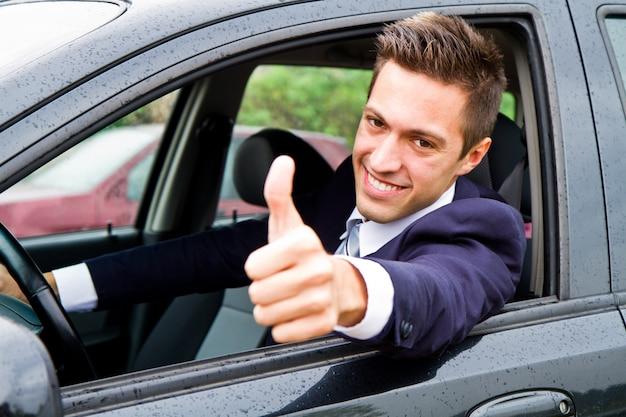 Gelukkige man in zijn nieuwe auto Premium Foto