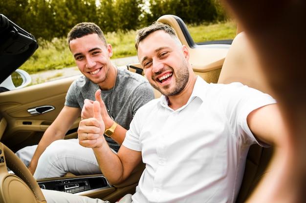 Gelukkige mannen die een selfie nemen Gratis Foto