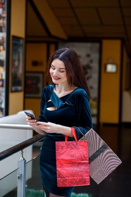 Gelukkige meisjes die en winkelend in de wandelgalerij glimlachen doen. Premium Foto