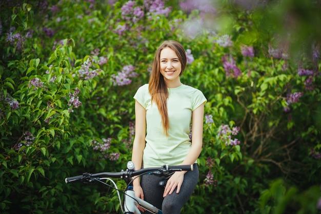 Gelukkige meisjesfietser die zich met een bergfiets bevinden en. avonturen reis. Gratis Foto