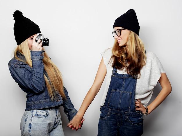 Gelukkige meisjesvrienden die sommige foto's nemen Premium Foto