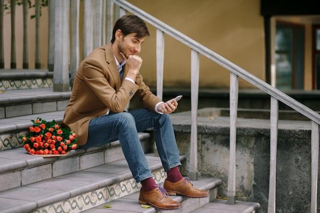 Gelukkige mens die terwijl het glimlachen texting Gratis Foto