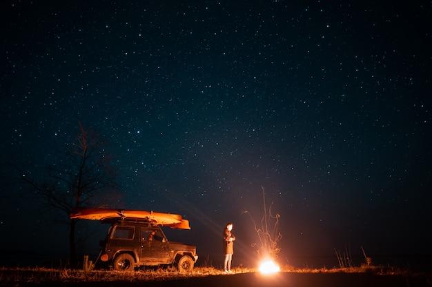 Gelukkige mens die zich vooraan brandend vuur bevindt Gratis Foto