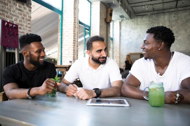 Gelukkige mensen die aan de tafel bespreken Gratis Foto