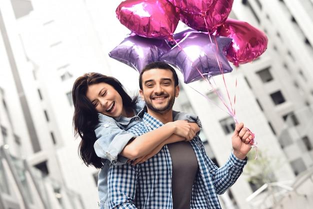 Gelukkige mensen hebben datum in ballonnen van de stadsholding. Premium Foto