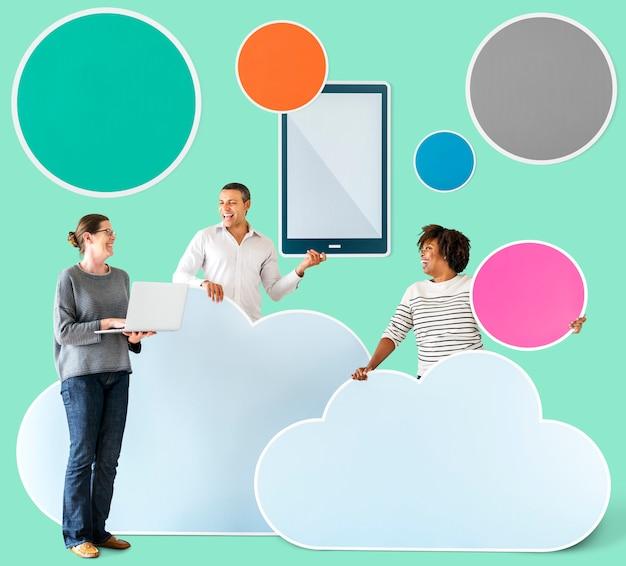 Gelukkige mensen met cloud en technologie iconen Premium Foto