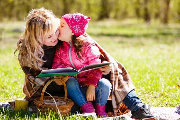 Gelukkige moeder en dochter. picknick in het groene park Premium Foto