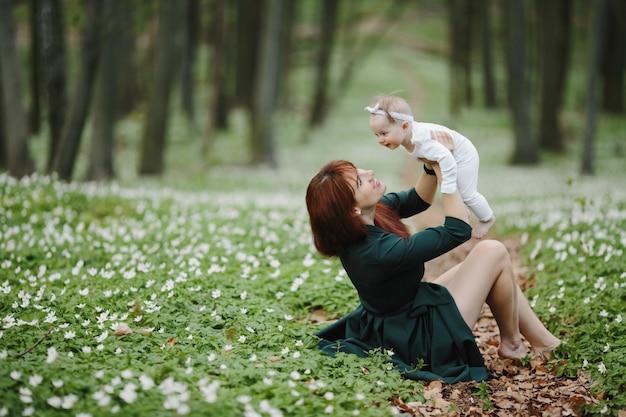 Gelukkige moeder en dochter verheugen elkaar Gratis Foto