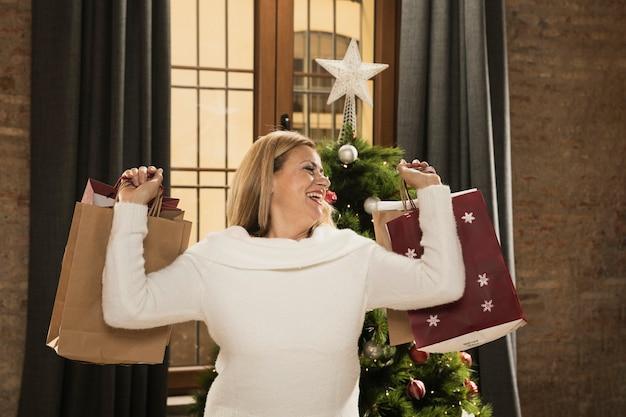 Gelukkige moeder met boodschappentassen Gratis Foto