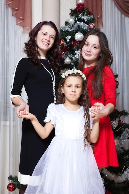 Gelukkige moeder met haar dochters die kerstmis vieren Premium Foto