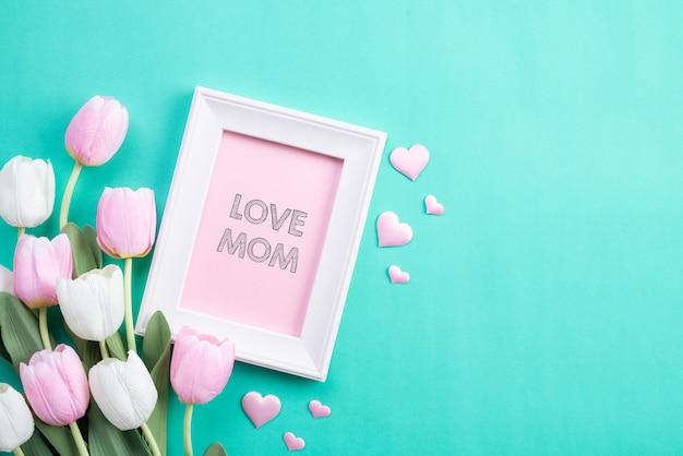 Gelukkige moedersdag in hoogste mening van roze tulpenbloemen en omlijsting Premium Foto