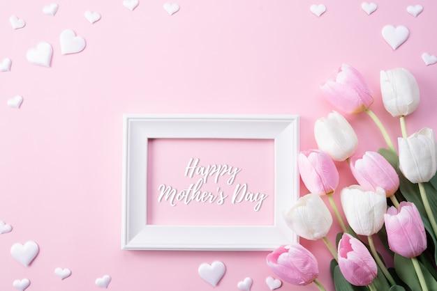 Gelukkige moedersdag met hoogste mening van roze tulpenbloemen en witte omlijsting Premium Foto