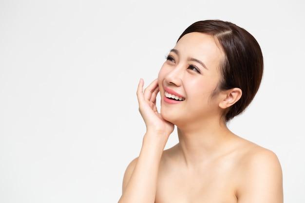 Gelukkige mooie aziatische vrouw met schoon vers huidgezicht Premium Foto