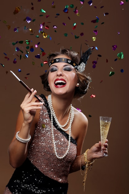 Gelukkige mooie vrouw die lacht met confettachtergrond Gratis Foto