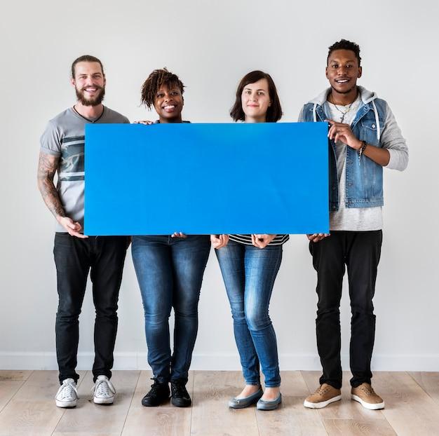 Gelukkige multiraciale mensen die copyspace-toespraakbel houden Premium Foto