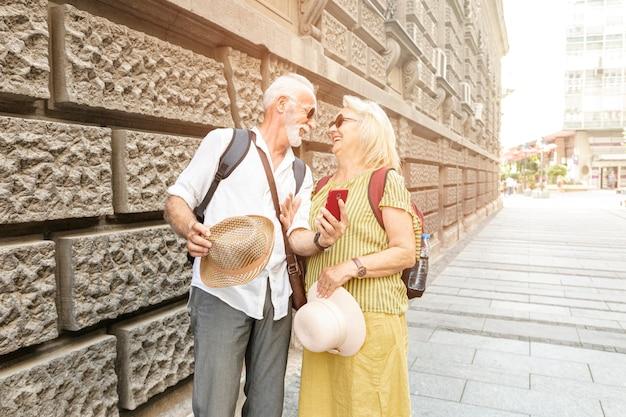 Gelukkige oude mannen glimlachen naar elkaar Gratis Foto