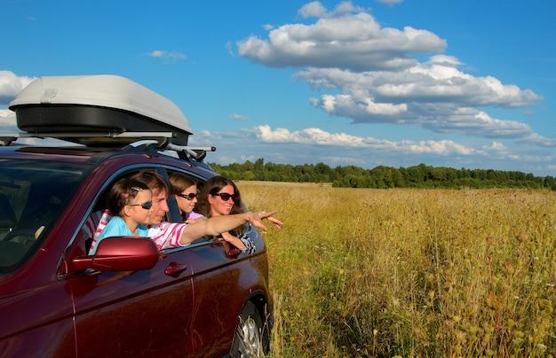 Gelukkige ouders die met kinderen reizen en plezier maken Premium Foto