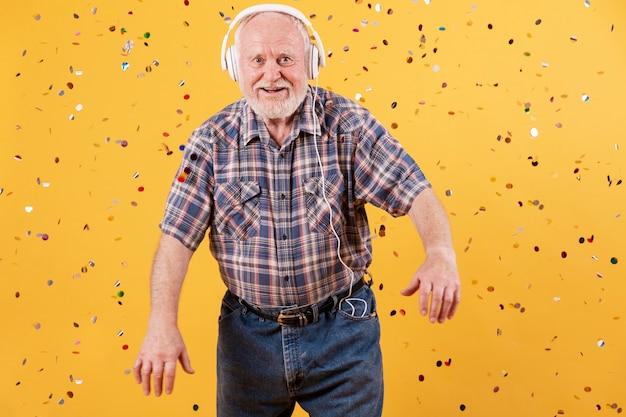 Gelukkige oudste die muziekpartij hebben thuis Gratis Foto