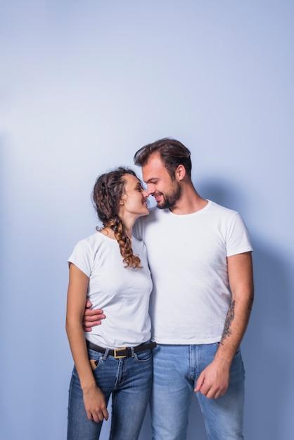 Gelukkige paar in witte knuffelen Gratis Foto
