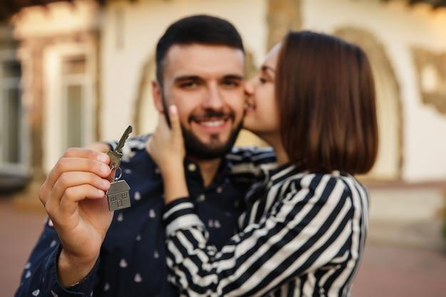 Gelukkige paar met sleutel tot nieuw huis Premium Foto
