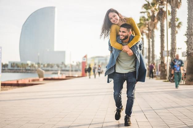 Gelukkige paar plezier wandelen in barcelona Premium Foto