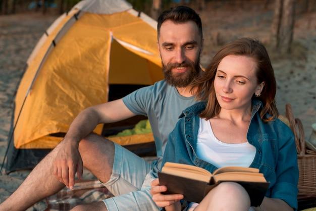 Gelukkige paar samen lezen Gratis Foto