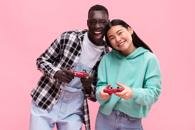 Gelukkige paar spelen van videospellen Premium Foto