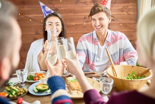 Gelukkige paar vieren verjaardag tijdens het diner Premium Foto