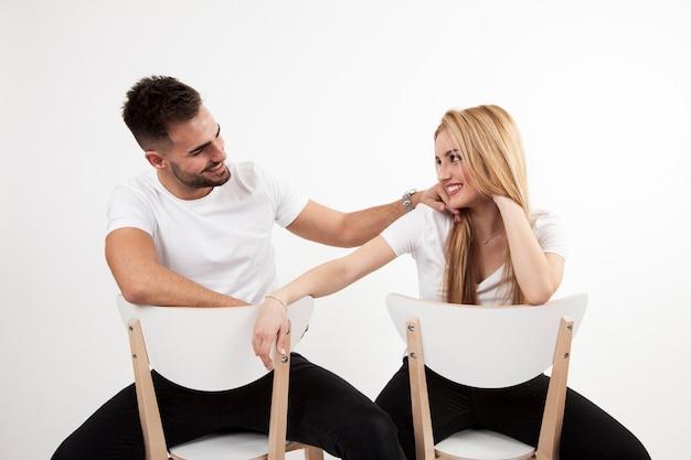 Gelukkige paar zittend op stoelen Gratis Foto