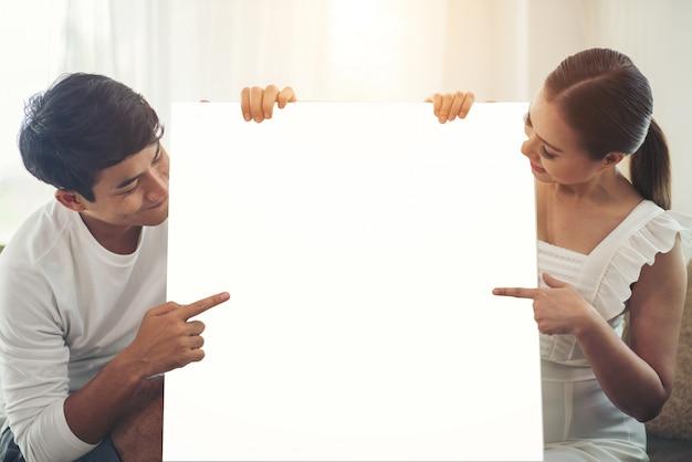 Gelukkige paarhand die witte lege ruimte houdt Gratis Foto
