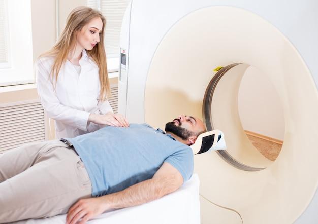 Gelukkige patiënt die mri-scan ondergaan in het ziekenhuis. Premium Foto