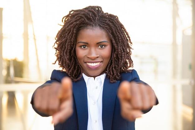 Gelukkige positieve rekruutagent die vingers richten Gratis Foto