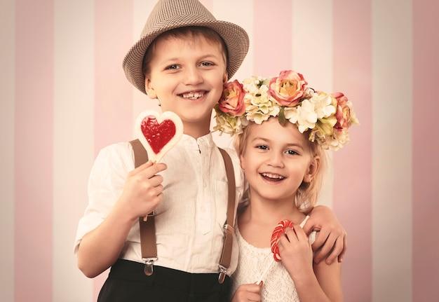 Gelukkige retro kinderen in valentijnsdag Gratis Foto