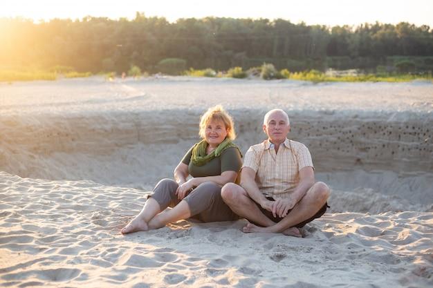 Gelukkige senior paar in de zomer de natuur, senior paar ontspannen in de zomer. gezondheidszorg levensstijl ouderen pensioen liefde paar samen Premium Foto