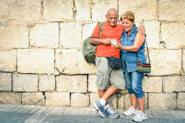 Gelukkige senior paar plezier met een moderne smartphone Premium Foto