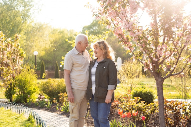 Gelukkige senior paar verliefd. buiten parkeren. Premium Foto