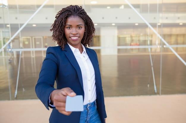 Gelukkige succesvolle agent die naamkaart geeft Gratis Foto